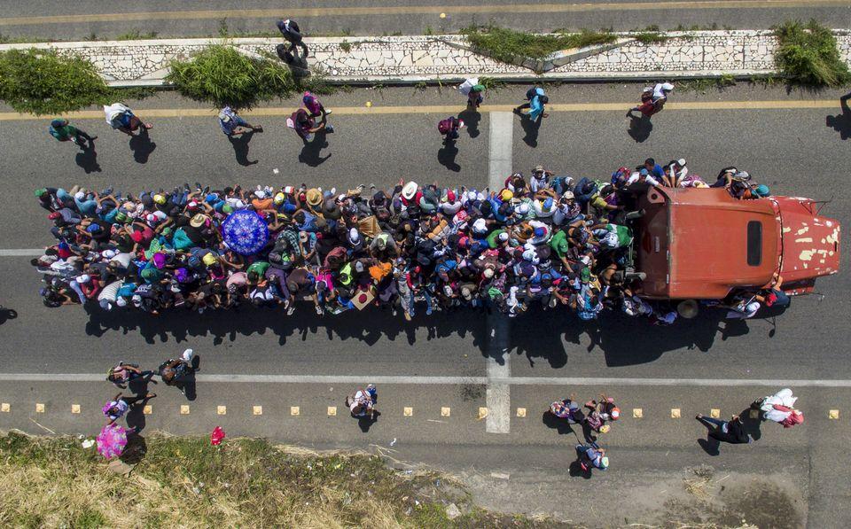22 octobre - Des migrants honduriens à bord d'un camion prennent part à la caravane se dirigeant vers...