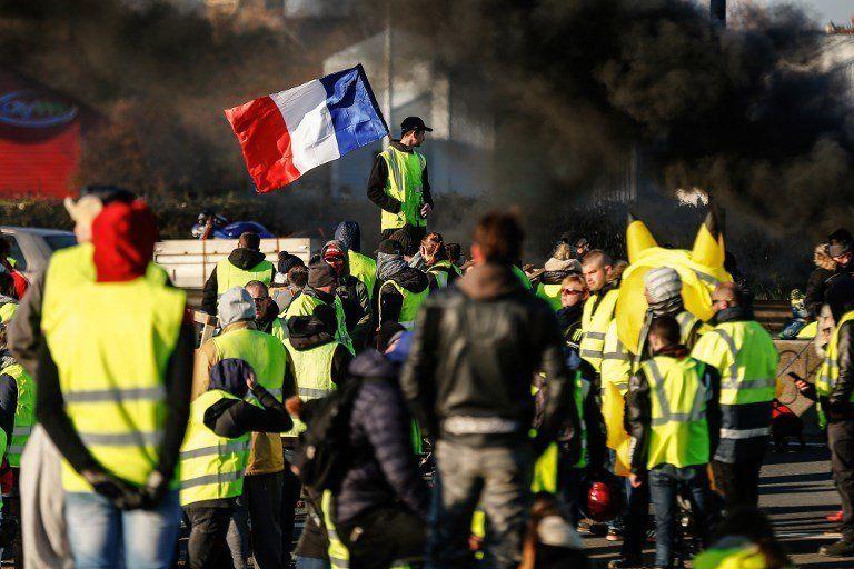 18 novembre - Des gilets jaunes bloquent le boulevard périphérique de Caen au deuxième jour des actions...