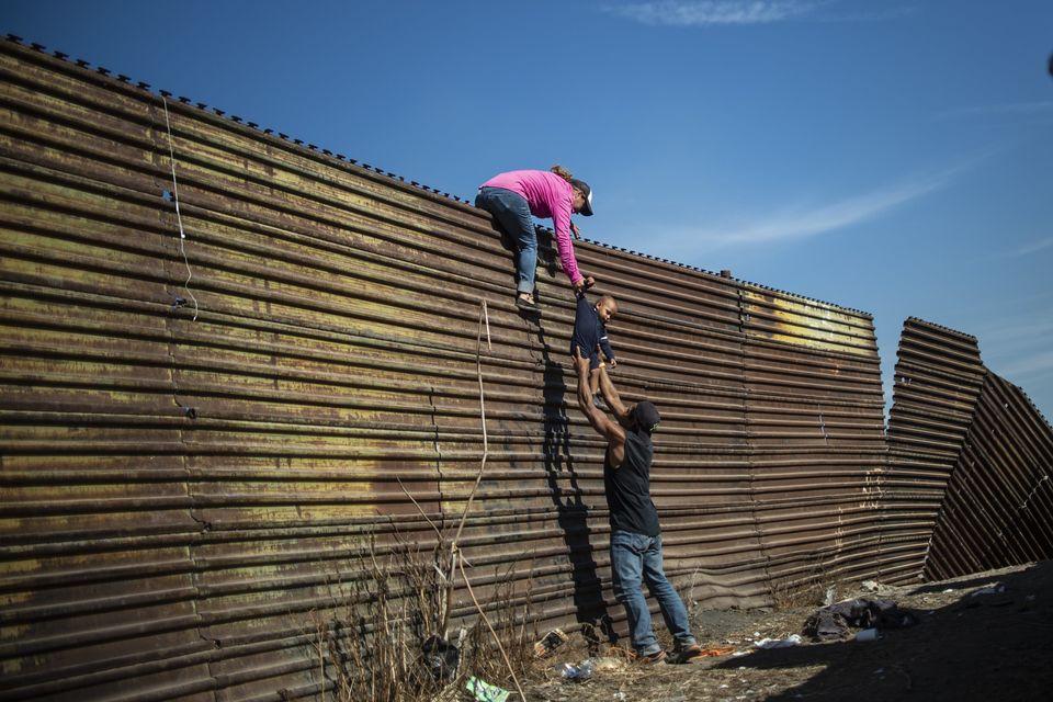 25 novembre - Des migrants d'Amérique centrale escaladent un mur près du passage frontalier d'El Chaparral,...