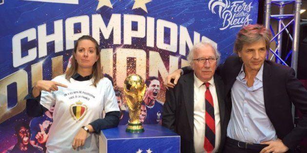 L'humoriste belge Charline Vanhoenacker a pris un malin plaisir à poser à côté de la Coupe de Monde avec...