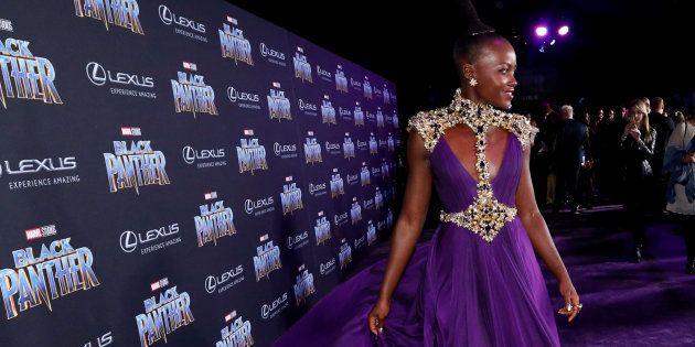Toute de violet vêtue, Lupita Nyong'o fait sensation sur le purple carpet de l'avant-première
