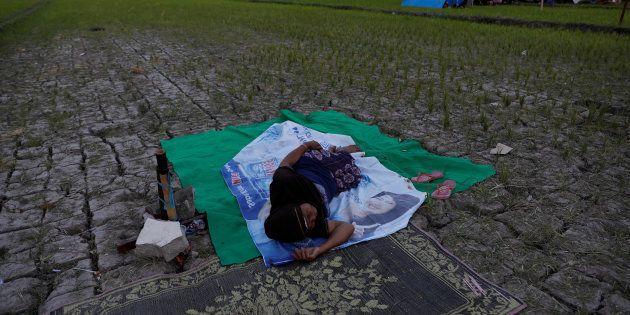 À Lombok en Indonésie, une femme dort près de sa tente après le séisme, le 7