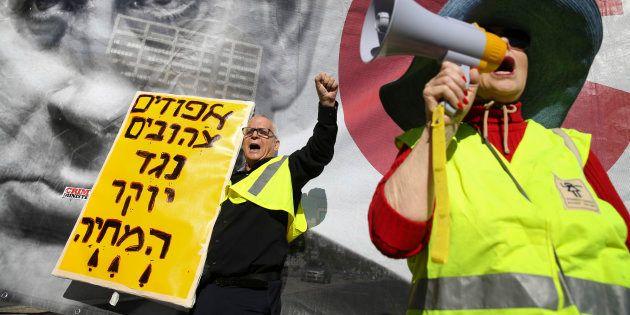 Des gilets jaunes israéliens manifestent contre la hausse des prix à Tel-Aviv, vendredi 14