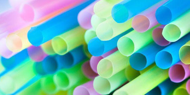 Par quoi remplacer les pailles en plastique qui polluent les