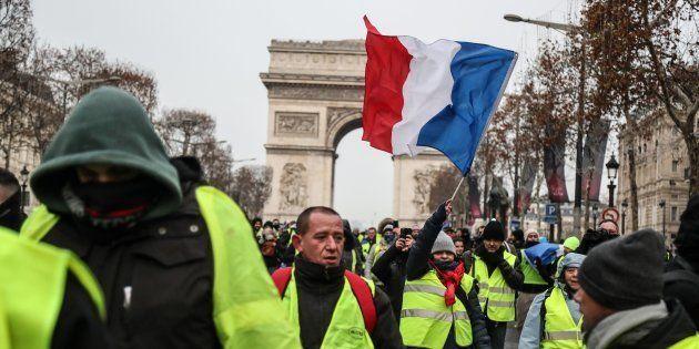 Des gilets jaunes sur les Champs-Elysees Avenue samedi 15 décembre pour