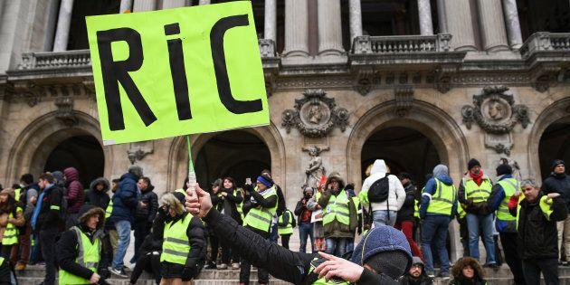Un manifestant gilet jaune réclamant le RIC samedi 15 décembre à