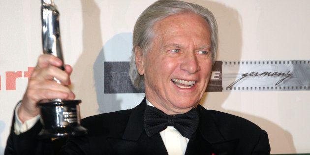 Le compositeur Maurice Jarre reçoit le prix du meilleur film européen en 2005 à Berlin, en Allemagne....
