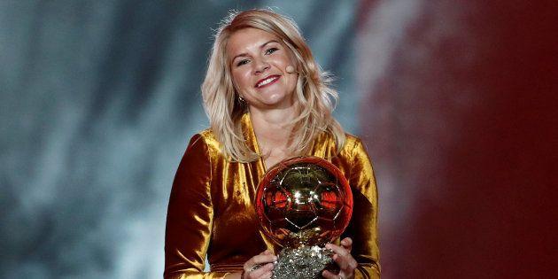 Ada Hegerberg recevant son Ballon d'Or au Grand Palais à Paris le 3