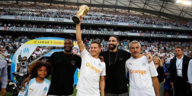 Florian Thauvin, Adil Rami et Steve Mandanda avec la Coupe du monde au stade Vélodrome le 10 août