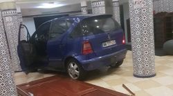 Un conducteur fonce délibérément dans les portes d'une mosquée dans le