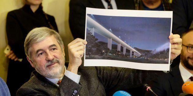 Le maire de Gênes, Marco Bucci, présentant le projet de reconstruction du pont Morandi de Renzo Piano...