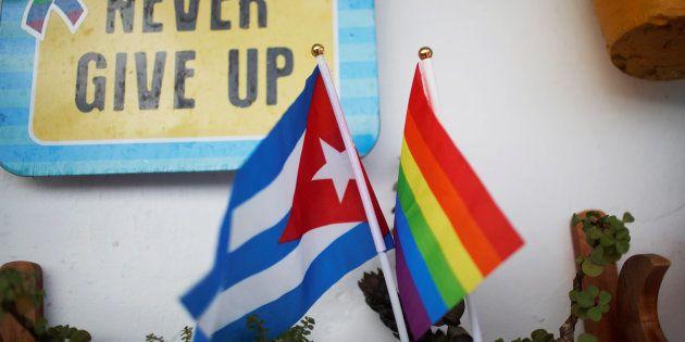 Un rainbow flag photographié à proximité d'un drapeau cubain au mois