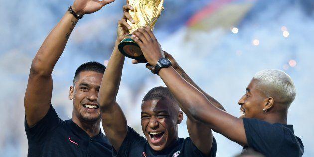 Alphonse Areola, Kylian Mbappé et Presnel Kimpembe présentant la Coupe du monde au Parc des Princes le...