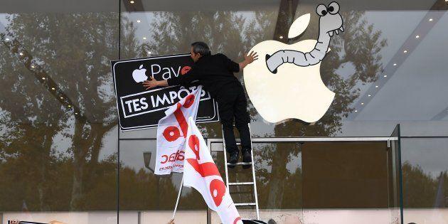 Une action militante d'Attac pour protester contre la politique d'Apple à Aix-en-Provence, le 3 novembre