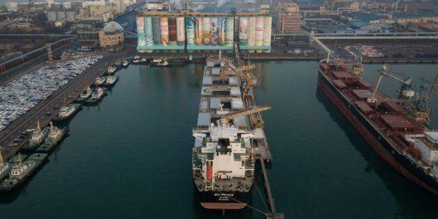 Des silos à grains sont devenus la plus grande fresque murale dans le port d'Incheon en Corée du