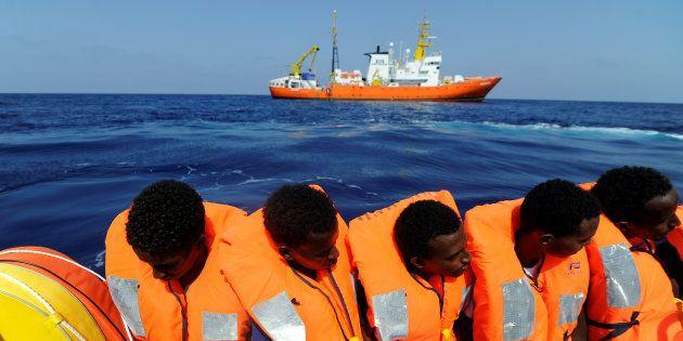 Des migrants secourus par l'Aquarius au large des côtes lybiennes, vendredi 10