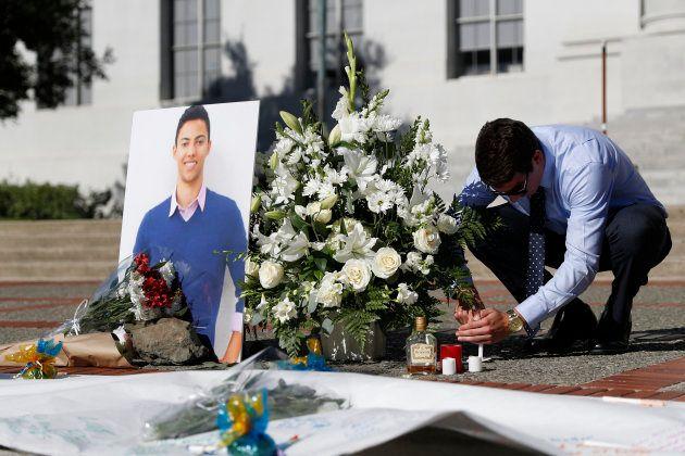 Un homme allume une bougie lors d'un hommage rendu à Nicolas Leslie, l'étudiant mort dans l'attaque de...
