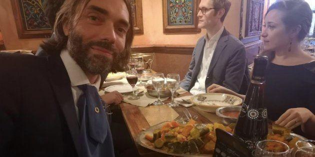 Cédric Villani devant une assiette de couscous... et une