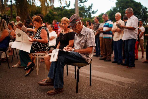 Les Cubains assistent à une discussion politique publique pour réécrire une constitution datant de la...