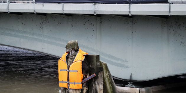 Le zouave de la Seine habillé d'un gilet de sauvetage géant pour la bonne