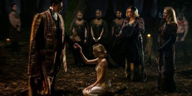 L'une des deux première images dévoilées par Netflix, où l'on voit la jeune Kiernan Shiepka (Sabrina)...