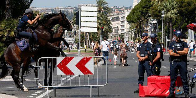 Des forces de l'ordre sur la Promenade des Anglais à Nice, trois jours après l'attentat du 14 juillet