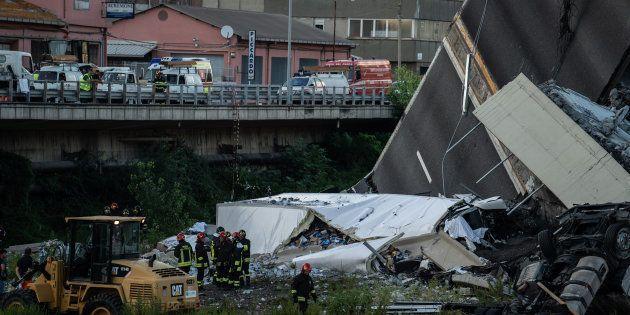 Les secours cherchant des victimes et rescapés parmi les décombres du pont Morandi, mardi 14 août à