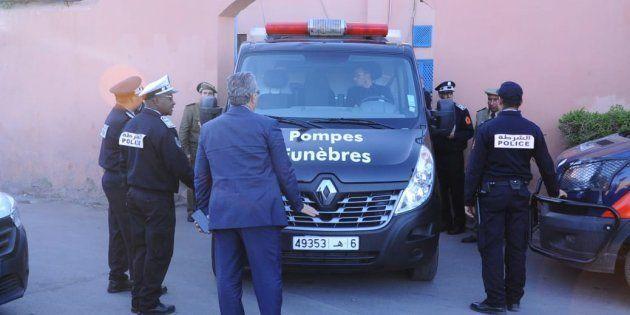 Des policiers marocains près d'une morgue de Marrakech, où se trouvaient les corps de Louisa Vesterager...