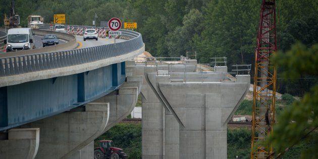 Un double viaduc autoroutier en construction près de Langeais, en Indre-et-Loire, le 12 juillet 2018...