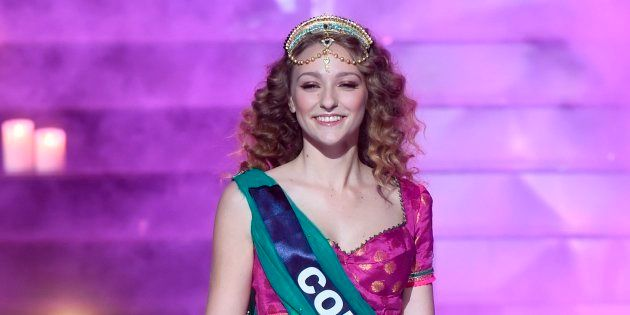Manon Jean-Mistral en plein défilé pendant l'élection de Miss France 2019 le 15 décembre