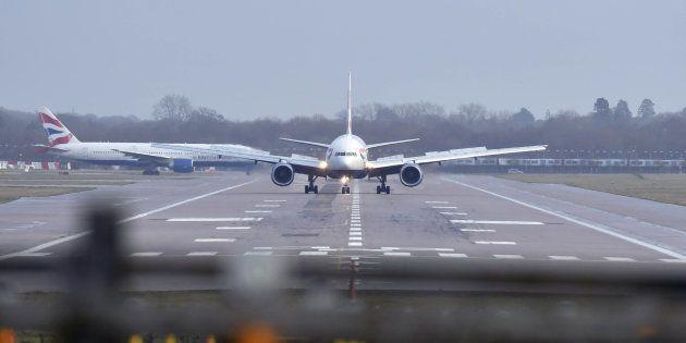 Des avions sur une piste de l'aéroport de Gatwick à Londres le 20 décembre