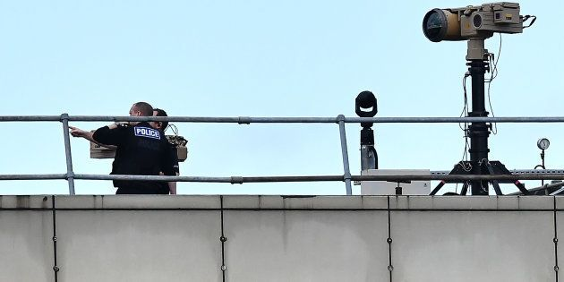 Policiers enquêtant à l'aéroport de Gatwick, survolé par des