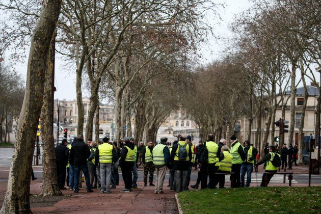 Des gilets jaunes manifestent devant le château de Versailles, près de Paris, ce 22