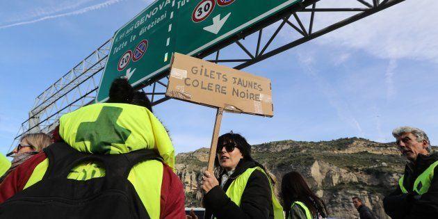 Une manifestante en gilet jaune à Vintimille, à la frontière franco-italienne, ce 22