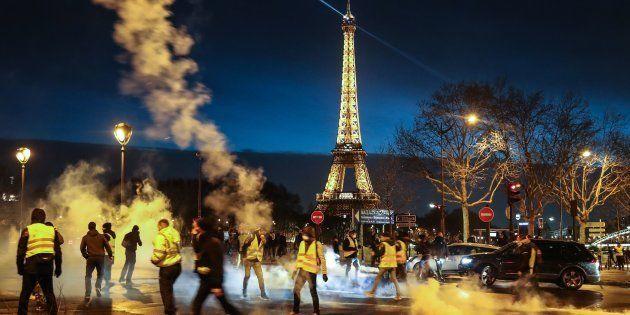 Des gilets jaunes dispersés par la police à Paris le 22 décembre