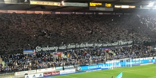 Un tifo déployé au stade de la Meineau en hommage aux victimes de l'attentat de