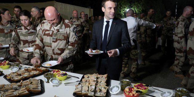 Emmanuel Macron célébrant Noël avec les militaires français au