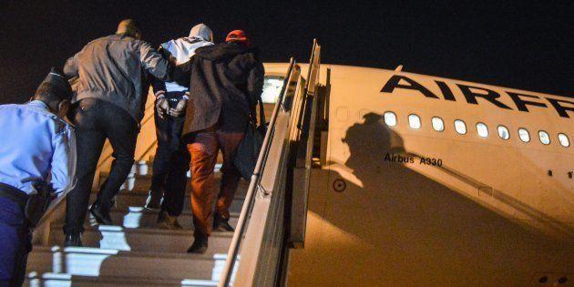 Le jihadiste Peter Cherif monte dans l'avion qui l'amène en France depuis Djibouti, le 22