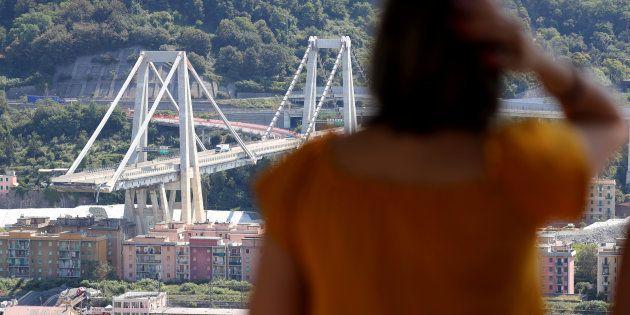 Une femme observant le pont Morandi effondré à Gênes le 16 août