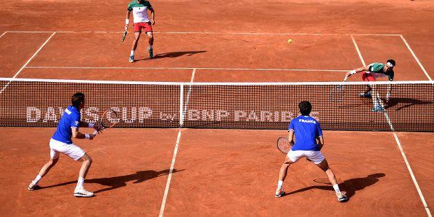 Nicolas Mahut et Pierre-Hugues Herbert affrontant Fabio Fognini et Simone Bolelli en Coupe Davis à Gênes...