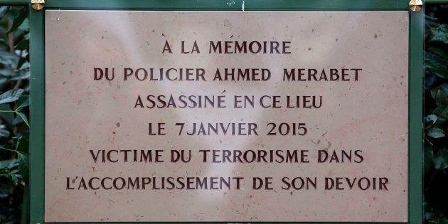 La plaque en l'honneur d'Ahmed Merabet, tué par les frères Kouachi le 7 janvier 2015, a été