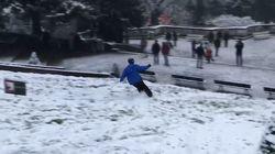 Avec la neige à Paris, la Butte Montmartre s'est transformée en véritable piste de
