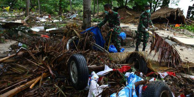 Des soldats recherchent des victimes et d'éventuels survivants après le tsunami qui a frappé l'Indonésie...