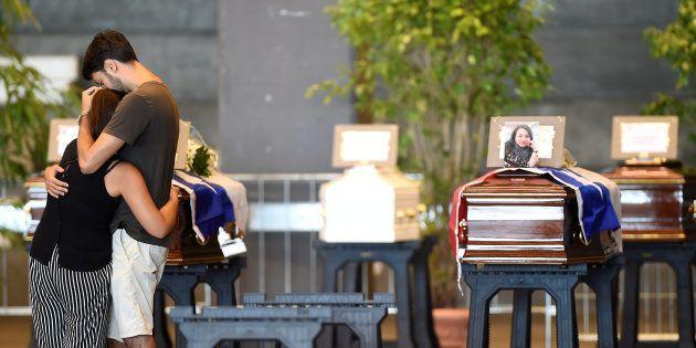 Des cercueils renfermant les corps de victimes du pont Morandi au centre d'exhibition de Gênes le 17...