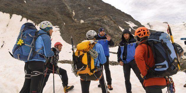 Des gendarmes du PGHM vérifiant les réservations d'un groupe d'alpinistes au refuge du Goûter lors de...