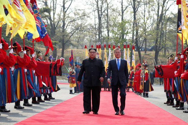 Kim Jong-Un et Moon Jae-in à Panmunjom, à la frontière entre les deux Corées, le 27