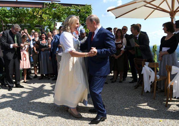 La danse de Poutine avec cette ministre autrichienne d'extrême droite fait