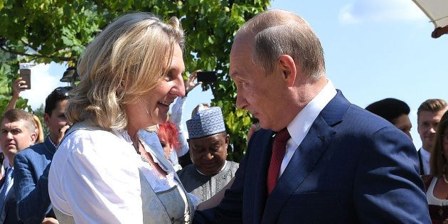 Vladimir Poutine dansant avec Karin Kneissl à son mariage en