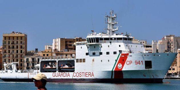 Le Diciotti, bateau des garde-côtes italiens, arrivant au port de Trapani (Sicile) en juillet