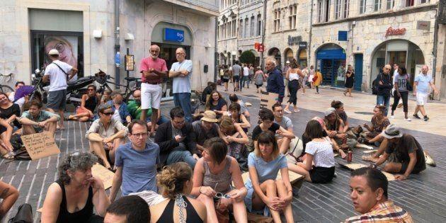 Après l'arrêté anti-mendicité interdisant de s'asseoir à Besançon, ils protestent avec... un